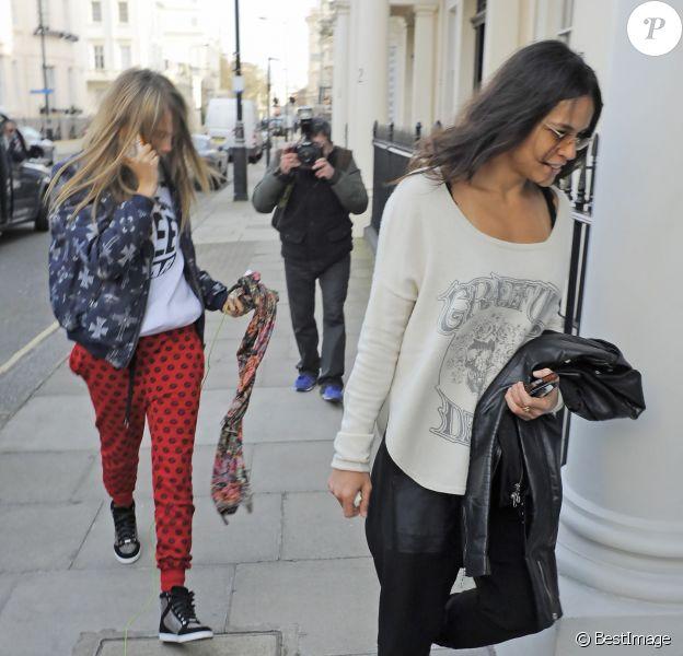 Cara Delevingne et Michelle Rodriguez rentrent au domicile de Cara à Londres. Le 6 mars 2014.