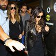 Khloé et Kim Kardashian arrivent à l'aéroport de Miami, le 11 mars 2014.