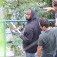 Kanye West visite une favéla de Rio de Janeiro, accompagné d'un groupe. Le 8 mars 2014.