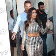 Kim Kardashian se présente aux photographes et à la foule lors de l'inauguration de la nouvelle boutique DASH. Miami, le 12 mars 2014.