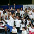 """Michèle Laroqe entouré de toutes les célébrités qui avaient répondu présent pour une journée avec l'association """"Enfant Star & Match"""" au Tennis Club de Paris le 17 mars 2014"""
