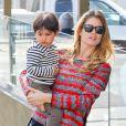 Doutzen Kroes le 18 février 2014 sort déjeuner avec son fils Phyllon dans les rues de New York