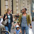 Doutzen Kroes avec son mari Sunnery James et leur fils Phyllon se promènent à New York le 5 octobre 2013.