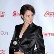 Shailene Woodley ultradécolletée devant Kevin Costner moustachu au CinemaCon