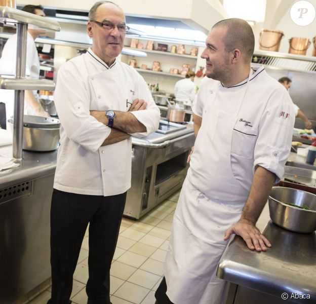 Le nouveau chef de l'Elysée, Guillaume Gomez (à droite) avec son prédécesseur Bernard Vaussion, dans la cuisine du palais présidentiel, le 31 octobre 2013.