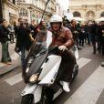 Gérard Depardieu repart en scooter du restaurant Drouant où avait lieu la remise du prix Goncourt 2012 le 7 novembre