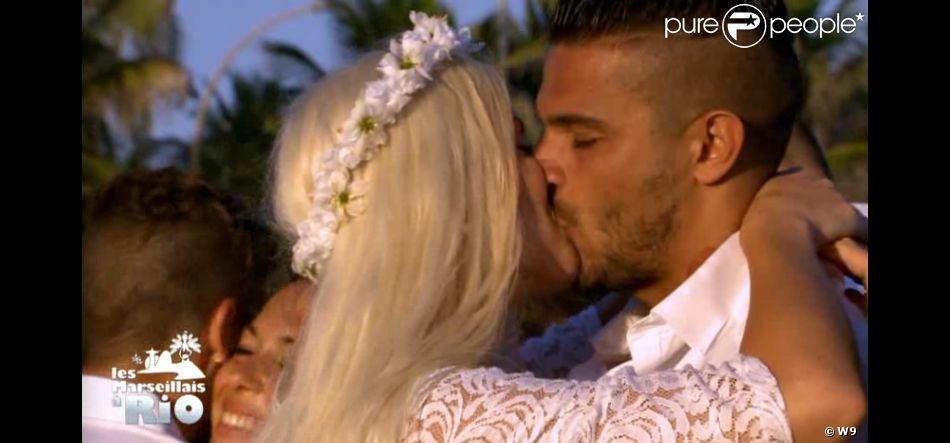 """Julien et Jessica sont fiancés - """"Les Marseillais à Rio"""", épisode du 11 avril 2014 diffusé sur W9."""