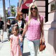 L'actrice Tori Spelling faisant les magasins avec sa fille Stella à Beverly Hills, le 9 avril 2014.