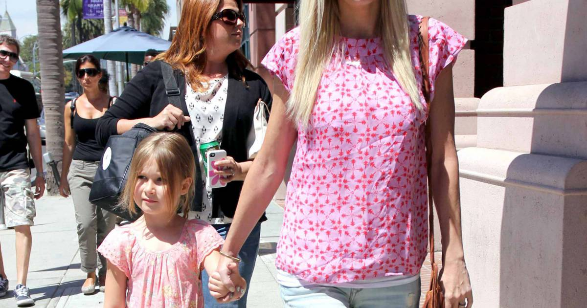 l 39 actrice tori spelling faisant les magasins avec sa fille stella beverly hills le 9 avril. Black Bedroom Furniture Sets. Home Design Ideas