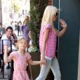 Tori Spelling faisant les magasins avec sa fille Stella à Beverly Hills, le 9 avril 2014.