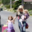 Tori Spelling avec ses filles, Stella et Hattie dans les rues de Los Angeles, le 12 avril 2014.