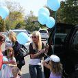 Tori Spelling avec ses filles, Stella et Hattie dans le quartier d'Hollywood à Los Angeles, le 12 avril 2014.