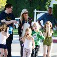 """Tori Spelling avec ses enfants sur le tournage de son émission de télé réalité """"True Tori"""" à Studio City. Le 3 avril 2014."""