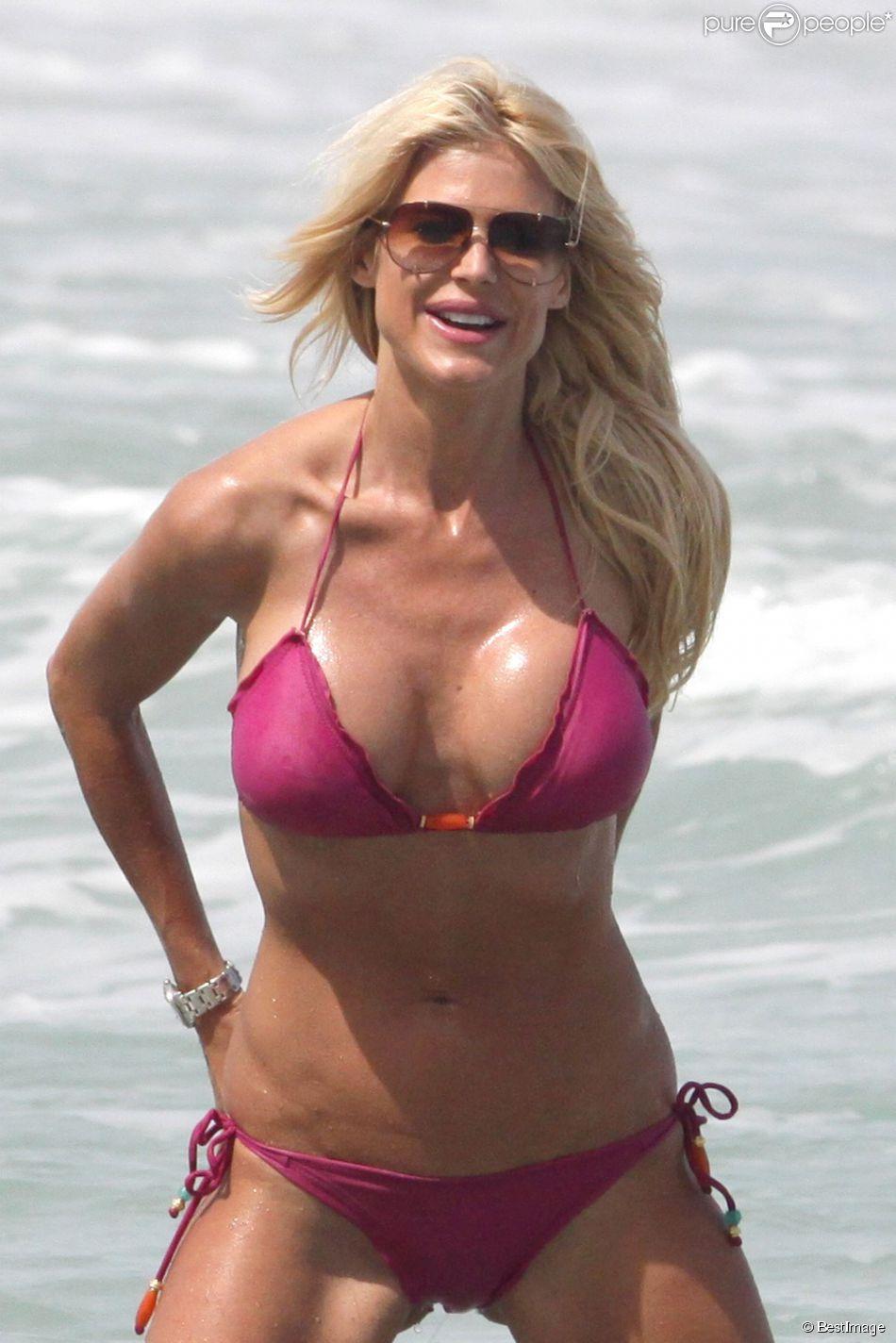 Victoria Silvstedt passe sa journée à la plage à Miami avec une amie le 17 avril 2014