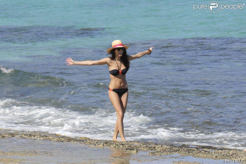 Exclusif - Karine Ferri, une bombe dans un décor paradisiaque, en vacances à Saint Barthélemy logée à l'hôtel Taiwana, le 21 janvier 2014
