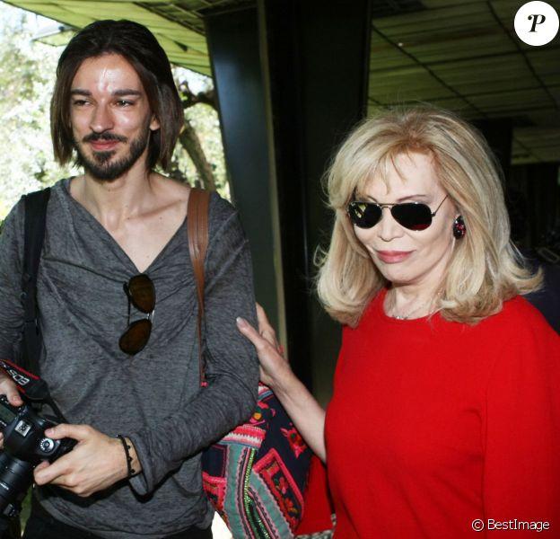 Amanda Lear et son compagnon Marco Piraccini se promènent dans les rues de Rome. Le 24 avril 2014.