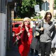 Amanda Lear et son nouveau compagnon Marco Piraccini se promènent dans les rues de Rome. Le 24 avril 2014.