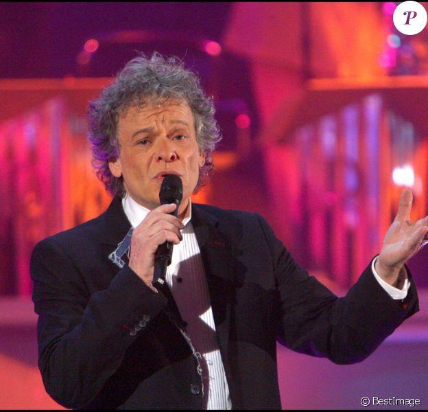"""Le chanteur Jean-François Michaël lors de l'enregistrement des """"Années Bonheur"""" le 31 octobre 2007 à Paris."""