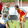 La reine Maxima des Pays-Bas s'essaie au hockey sur gazon à l'occasion du Koningsdag (Jour du roi) à De Rijp, le 26 avril 2014, marquant les 47 ans de son époux, le roi Willem-Alexander