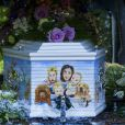 """Cercueil de Peaches Geldof (décoré d'une peinture représentant Peaches avec sa famille et ses chiens) lors des obsèques de Peaches Geldof, décédée à l'âge de 25 ans, en l'église de """"St Mary Magdalene and St Lawrence"""" dans le village de Davington en Angleterre, le 21 avril 2014."""