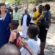 Valérie Trierweiler, marraine du Secours Populaire, en voyage humanitaire en Haïti, visite le complexe scolaire Rivière froide dans la commune de Carrefour le 6 mai 2014