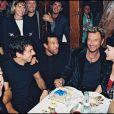 """Exclusif - Johnny Hallyday et les invités de sa tournée """"Johnny allume le feu"""" en 1998. Restaurant """"King's Club"""" à Paris. Avec Florent Pagny, Patrick Bruel, Lionel Richie et sa femme Laetitia."""