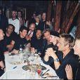 """Exclusif - Johnny Hallyday et les invités de sa tournée """"Johnny allume le feu"""" en 1998. Restaurant """"King's Club"""" à Paris. Avec Florent Pagny, Pascal Obispo, David Hallyday, Patrick Bruel, Lionel Richie et sa femme Laetitia."""