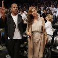 Jay-Z et son épouse Beyoncé Knowles assistent à la nouvelle rencontre des Miami Heats vs Brooklyn Nets à New York le 10 mai dans le cadre des Playoffs. L'équipe de Jay-Z a gagné 104 à 90