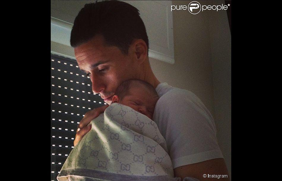 Le footballeur de Naples José Callejon pose avec sa fille India, née en mai 2014.