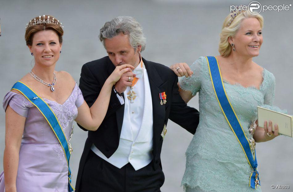 La princesse Märtha-Louise de Norvège et son mari Ari Behn avec la princesse Mette-Marit au mariage de Madeleine de Suède et Chris O'Neill le 8 juin 2013 à Stockholm
