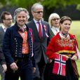 La princesse Märtha-Louise de Norvège et son mari Ari Behn à Londres le 17 mai 2013 en tenue traditionnelle pour célébrer la fête nationale norvégienne.