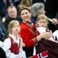 La princesse Märtha-Louise de Norvège en tenue traditionnelle avec ses filles et son mari Ari Behn à Londres le 17 mai 2013 pour célébrer la fête nationale norvégienne.