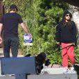 Mila Kunis enceinte et son fiancé Ashton Kutcher devant leur maison de Los Angeles, le 12 mai 2014.