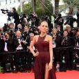 Blake Lively divine à son arrivée sur le tapis rouge du Festival de Cannes. La splendide égérie L'Oréal Paris a choisi une robe sexy pour fouler le red carpet. Cérémonie d'ouverture avec la projection du film Grace de Monaco. 14 mai 2014