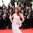 Laetitia Casta, sublime sirène égérie L'Oréal Paris, arrive à la projection du film Grace de Monaco à Cannes le 14 mai 2014