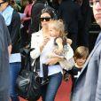 Kourtney Kardashian et sa fille Pénélope arrivent à l'aéroport du Bourget en provenance de Florence. Le 25 mai 2014.