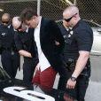 Vitalii Sediuk, arrêté et menotté par les policiers sur le tapis rouge de Maléfique après avoir agressé Brad Pitt à Los Angeles le 28 mai 2014.