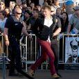Les policiers de Los Angeles ont arrêté Vitalii Sediuk après qu'il a agressé Brad Pitt sur le tapis rouge du film Maléfique à Los Angeles le 28 mai 2014