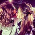 """Anaïs et Eddy s'embrassent sur la bouche pendant le tournage des """"Anges de la télé-réalité"""". Mars 2014."""