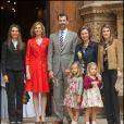 La reine Sofia d'Espagne, Felipe, Letizia, leurs filles Leonor et Sofia, la princesse Elena et Cristina à Majorque le 24 avril 2011.
