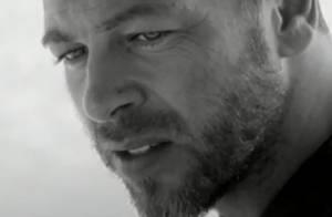 Christophe Maé : Pensif et solitaire en plein désert dans le clip de ''Charly''