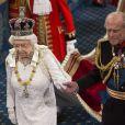 Elizabeth II et le duc d'Edimbourg main dans la main. Image de la cérémonie d'inauguration du Parlement, dans la Chambre des Lords au Palais de Westminster, par la reine Elizabeth II, le 4 juin 2014. Le rendez-vous rituel au cours duquel la monarque présente l'agenda politique du gouvernement a été perturbé par le malaise d'un jeune page...
