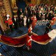 Quatre pages portaient le manteau d'apparat de la souveraine en arrivant à la Chambre des Lords, mais seulement trois en repartant... Image de la cérémonie d'inauguration du Parlement par la reine Elizabeth II, le 4 juin 2014 au palais de Westminster, à Londres. Le rendez-vous rituel au cours duquel la monarque présente l'agenda politique du gouvernement.