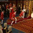 4 - 1 = 3 :ils n'étaient plus que trois à porter le manteau de la reine à l'issue de la cérémonie... Quatre jeunes pages d'honneur officiaient lors de l'inauguration du Parlement par la reine Elizabeth II le 4 juin 2014 au palais de Westminster, à Londres. L'un d'eux, Charles Hope, vicomte Aithrie, a été victime d'un malaise...
