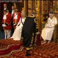 Vidéo de l'inauguration du Parlement britannique par Elizabeth II, le 4 juin 2014 au palais de Westminster, à Londres. Quatre jeunes pages d'honneur officiaient ; l'un d'eux, Charles Hope, vicomte Aithrie, a été victime d'un malaise...