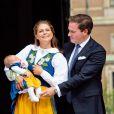 La princesse Madeleine de Suède, son mari Chris O'Neill et leur fille la princesse Leonore étaient chargés d'inaugurer la journée portes ouvertes du palais royal, à Stockholm, à l'occasion de la Fête nationale le 6 juin 2014. Il s'agissait par la même occasion de la présentation en chair et en os du bébé à ses compatriotes suédois.