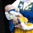 Leonore de Suède était très calme pendant le petit rituel... La princesse Madeleine de Suède, son mari Chris O'Neill et leur fille la princesse Leonore ont accueilli le public pour la journée portes ouvertes du palais royal, à Stockholm, à l'occasion de la Fête nationale le 6 juin 2014. Il s'agissait par la même occasion de la présentation en chair et en os du bébé à ses compatriotes suédois.