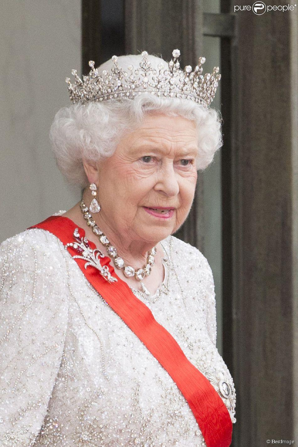 la reine elizabeth ii d 39 angleterre lors du banquet l 39 elys e donn en l 39 honneur de la reine. Black Bedroom Furniture Sets. Home Design Ideas