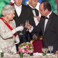 Elizabeth II et François Hollande trinquent lors du banquet à l'Elysée donné en l'honneur de la reine Elizabeth II, Paris, le 6 juin 2014.