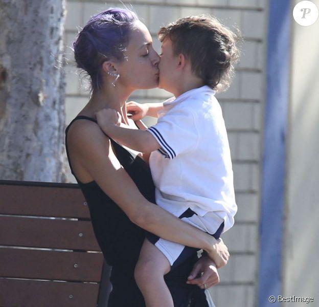 Exclusif - Moment de tendressse entre Nicole Richie et son fils Sparrow à Los Angeles le 2 juin 2014